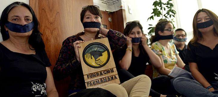 Miembros de la Fundación Pachamama ante la sede clausurada de la ONG (Foto: El Universo)